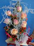 Kytica zo 7  žltoružových ruží s červeným hypericom