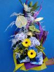 Modro fialová kytica s hortenziami.