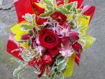 Vysoká červená ruža ozdobená s cukríkmi