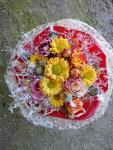 Okrúhla kytička s ružičkami a cukríkmi