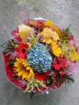 Pestrofarebná okrúhla kytica s modrou hortenziou