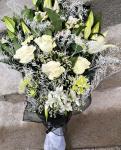 Smútočná živá kytica z ľalii,alstromérii a ruží