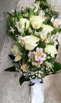 Biela živá smútočná kytica z ruží a alstromérii