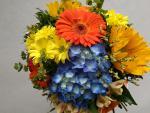 Okrúhla letná kytica s modrou hortenziou