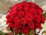 Kytica z 30 červených ruží so zeleňou