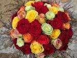 Kytica z 25 ruží mix farieb so zeleňou