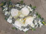 Aranžmán s bielymi ružami a orchideami
