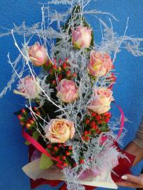 Náhľad - Kytica zo 7  žltoružových ruží s červeným hypericom