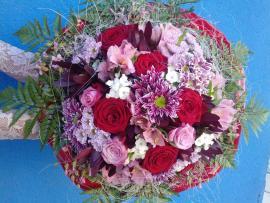 Náhľad - Veľká bordovo-červená okrúhla kytica s ružami a leucadendronom