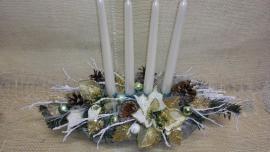 Náhľad - Zeleno-biely podlhovastý aranžmán s vysokými bielymi sviečkami