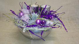 Náhľad - Vianočný aranžmán so sviečkami v striebornej keramike s fialovou dekoráciou