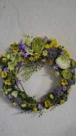 Náhľad - Jarný pruteny vencek ozdobený modrými a žltými kvetmi