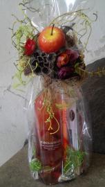 Náhľad - Fľaša ružového vína s dezertom v darčekovom balení s ružami a jablkom