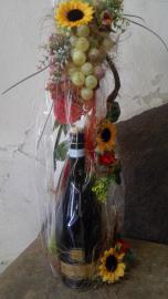 Náhľad - Fľaša červ. vína s dezertom v darčekovom balení s hroznom a slnečnicami