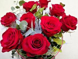 Náhľad - Gratulačná kytica z deviatich červených ruží s dekoračnou zeleňou