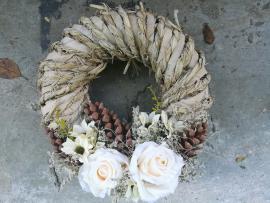 Náhľad - Prírodný veniec s bielymi ružami