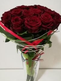 Náhľad - Kytica z 19 červených ruží so zeleňou a dekoráciou