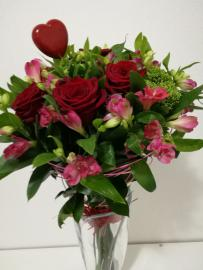 Náhľad - Kytica s červenými ružami 7ks a alstromériami so srdiečkom
