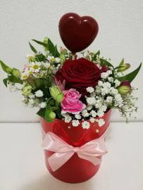 Náhľad - Červený kvetinový box s romantickou kytičkou a s červeným srdiečkom
